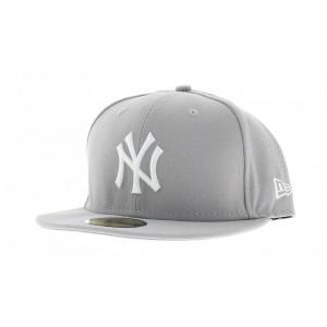 Une casquette New Era de couleur grise logotypée New-York.